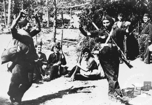 6211_5: Dekleta na fronti plešejo španski ples. 1936-1939.
