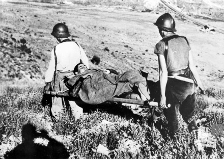 6213_7: Sanitejca Mednarodnih brigad nosita ranjenca. 1936-1939.