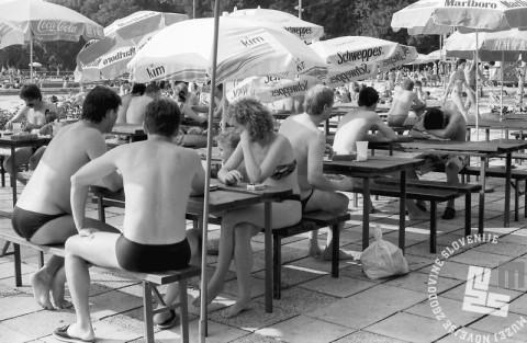 MC9107_3: Kopališče Kodeljevo, Ljubljana. 8.7.1991. Foto: Marjan Ciglič.