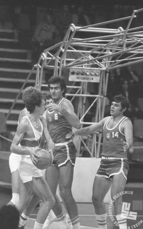 ES1645_46: S košarkarske tekme med Jugoslavijo in Zvezno republiko Nemčijo (zmaga Jugoslavije z 81 : 56). V sredini edini slovenski košarkar Vinko Jelovac s št. 6, ki je bil med Jugoslovani najbolj pohvaljen, desno s št. 14 Dragotin Čermak. 1. 9. 1972.