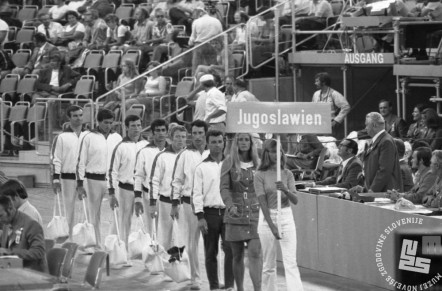 ES1715_21: Jugoslovanska moška gimnastična reprezentanca pred nastopom 28. 8. 1972, ko so v mnogoboju dosegli 12. mesto. Z desne: trener Janez Šlibar, Janez Brodnik, Milenko Kersnič, Zoran Ivanović, Drago Šoštarič, Milko Vratič in Ivica Hmelovac.