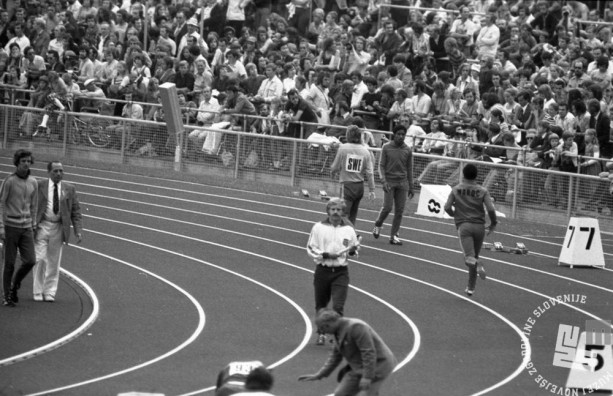 ES712_10: Slovenski tekač Miro Kocuvan pred startom teka štafet na 4 x 400 m. Skupaj z drugimi tremi jugoslovanskimi tekači (Josip Alebić, Milorad Čikić in Laslo Ubori, ki je tekel namesto najboljšega, a poškodovanega Lucijana Sušnja) je izpadel v predtekmovanju.