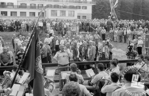 MC9108_13: Planinci med slovesnostjo na Pokljuki. 3.8.1991. Foto: Marjan Ciglič.