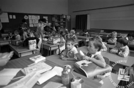 DE6818: Začetek šolskega dne. September 1985. Foto: Janez Pukšič.