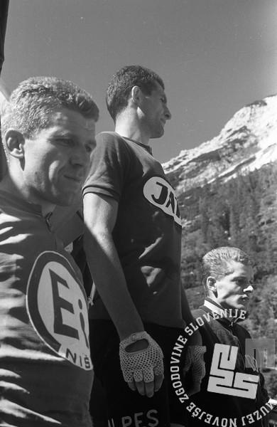 Zmagovalci etape na Vršič. Foto: Marjan Ciglič, september 1966.