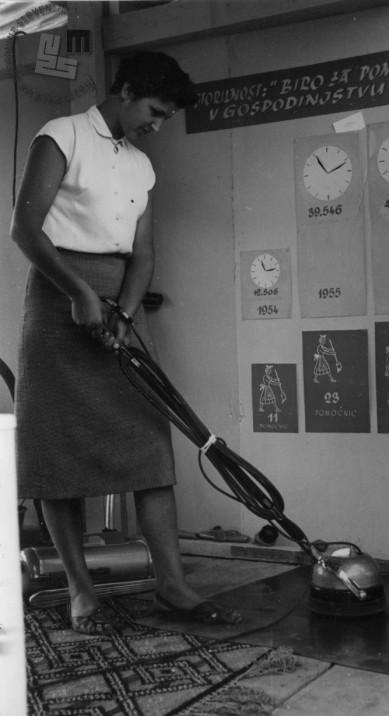 Prikaz loščenja parketa na sejmu, 1950. leta. Foto: neznan