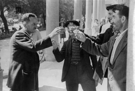 Veselo razpoloženje pod Plečnikovimi arkadami, Ljubljana, 1950. leta. Foto: neznan