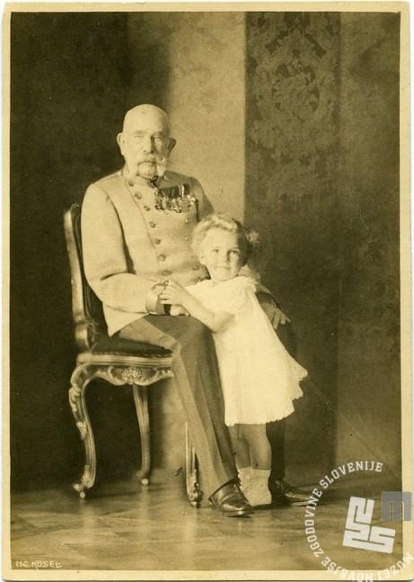 R205: Franc Jožef se je rad slikal s vojimi vnuki. Hrani: Muzej novejše zgodovine Slovenije.