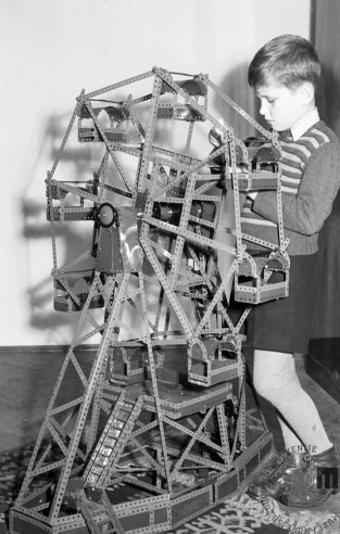 DE430_2: S prvo sestavljanko Mehanotehnika je bilo mogoče sestaviti tudi najneverjetnejšo konstrukcijo, Ljubljana, januar 1955. Foto: Svetozar Busić.