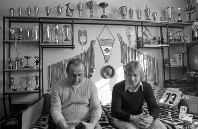 DE5526: Bojan Križaj z očetom. Marec 1975. Foto: Svetozar Busić.