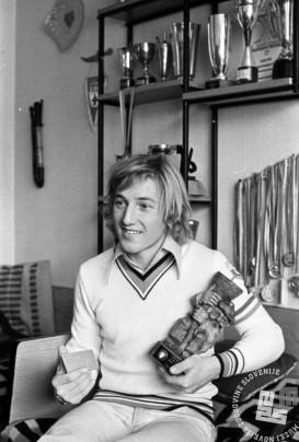 DE5526: Bojan Križaj s pokalom. Marec 1975. Foto: Svetozar Busić.