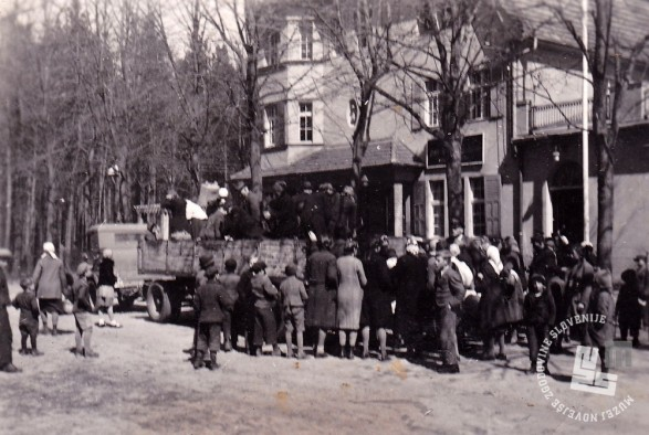 Selitev izgnancev iz taborišča v taborišče. Odhod iz taborišča Templin leta 1943 v neznano taborišče. Foto: neznan.