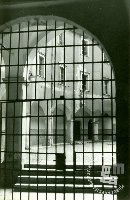 Notranja železna zaporniška vrata gradu Rajhenburg leta 1966. Foto: Ladka Likar Kobal.