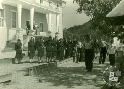 13. Zaposleni KPD Rajhenburg v prostem času pred miličniško stavbo leta 1952. Foto: neznan.
