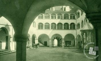 Notranje samostansko dvorišče s kapelico nad vodnjakom. Foto: neznan.