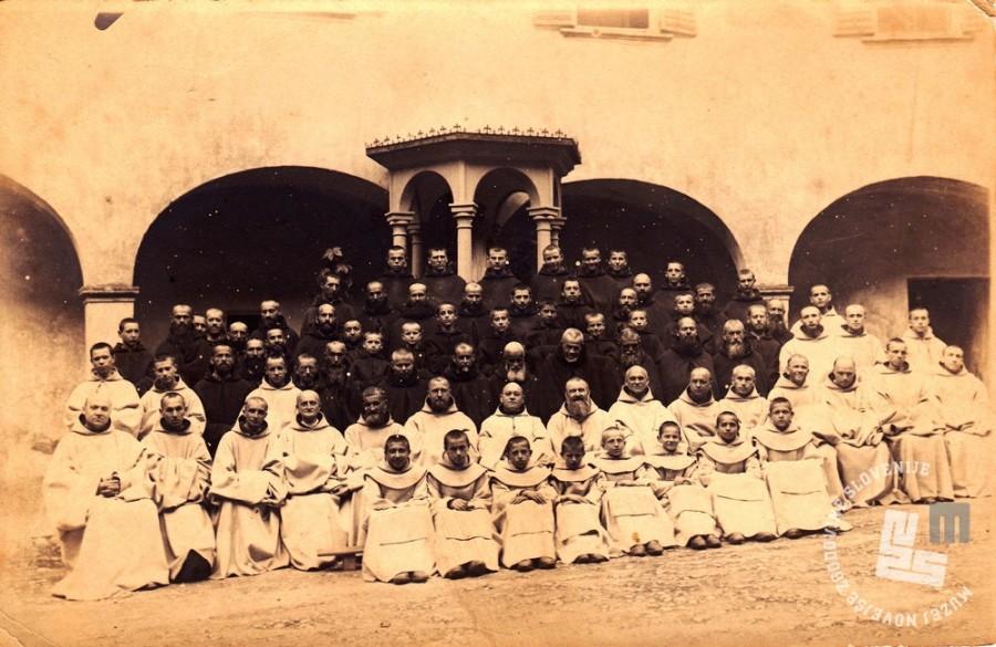 Samostanska družina z opatom Placidom Epallom na samostanskem dvorišču, okoli leta 1925. Foto: neznan.