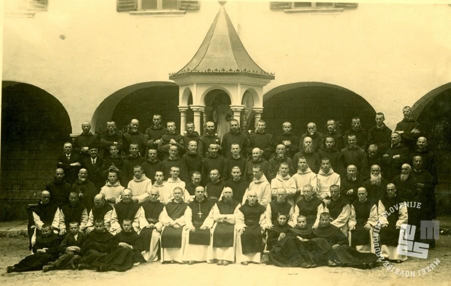 Menihi trapisti z opatom Pijem Novakom na samostanskem dvorišču, leto 1940. Foto: neznan.
