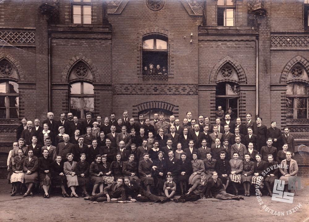 Izgnanci v taborišču Haynau v Šleziji zgodaj spomladi 1942. Na fotografiji je več družin iz Krškega in okolice. Foto: neznan.