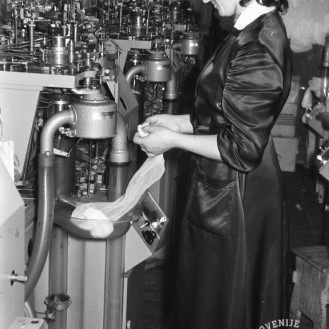 DE1617: Proizvodnja podjetja Tonosa, december 1960. Foto: Lojze Jerala.