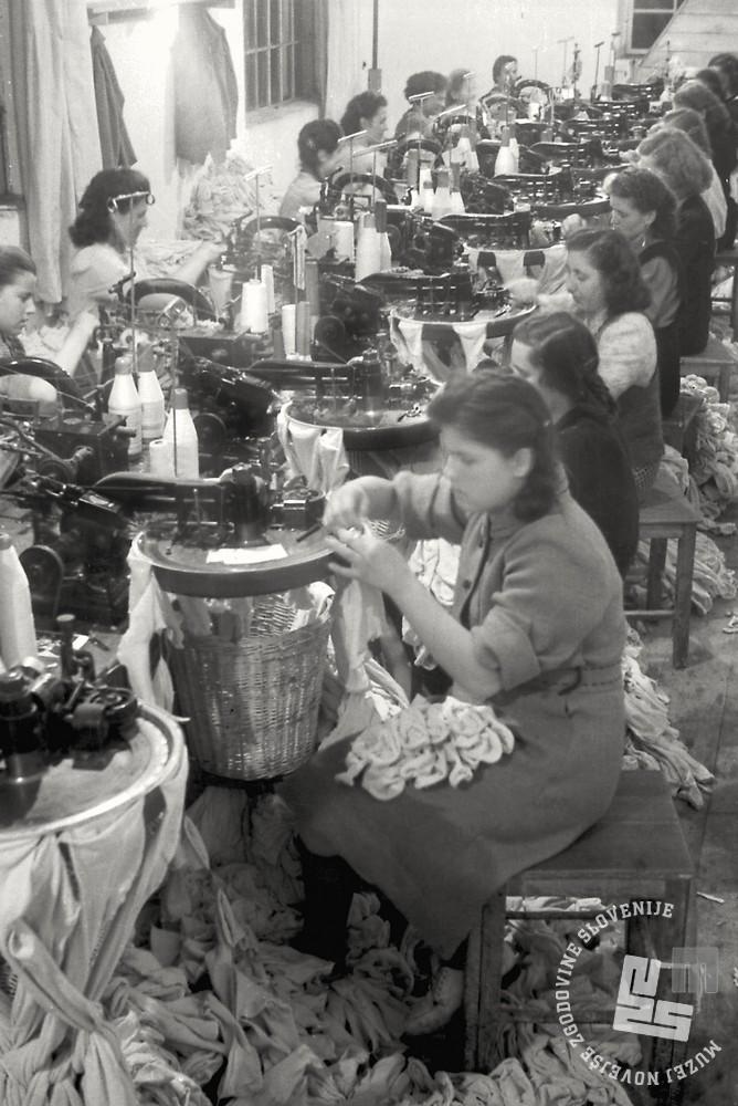 FS4855_21: Delavka med izdelovanjem nogavic, Tovarna nogavic, Polzela, april 1949. Foto: Jože Mally