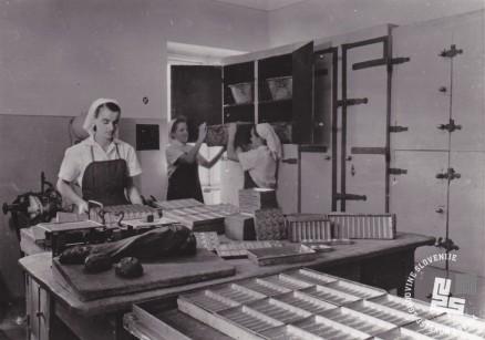Priprava kalupov za čokoladne izdelke. Foto: Ivan Krahulec, hrani MNZS.