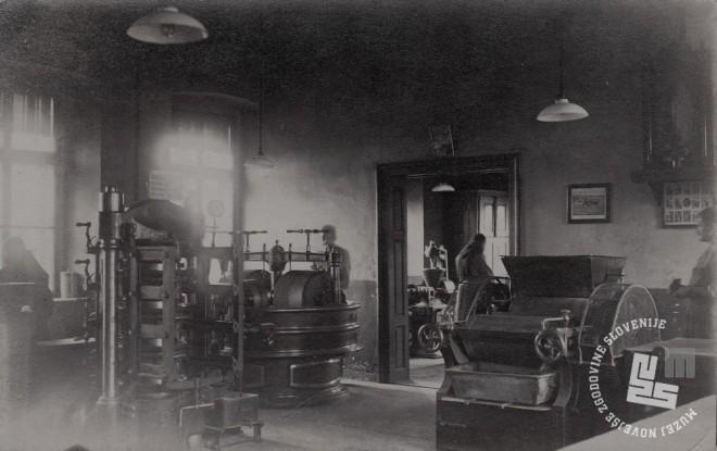 Stroji v tovarni čokolade in menihi pri delu. Foto: neznan, hrani: MNZS.