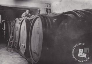 Gabriel Zemljak priliva liker v ogromne sode, ki so bili v kletnih prostorih tovarne v Sotelskem. Foto: neznan, hrani: MNZS.