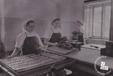 Tehtanje in vstavljanje čokoladne mase v kalupe. Foto: Ivan Krahulec, hrani: MNZS.