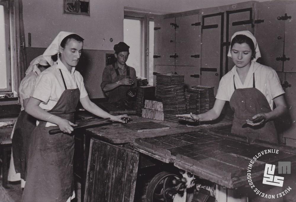 Napolnjene kalupe so postavili na tresilno mizo, kjer se je masa stresala in izpolnila kalup. Foto: Ivan Krahulec, hrani MNZS.
