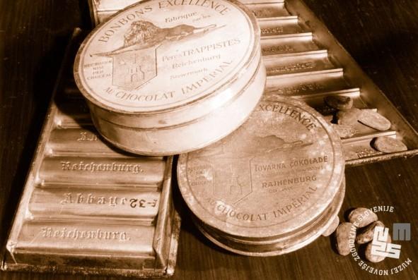 Kalupi za čokolado, škatlice za čokoladne bonbone in kakavova zrna. Hrani MNZS.