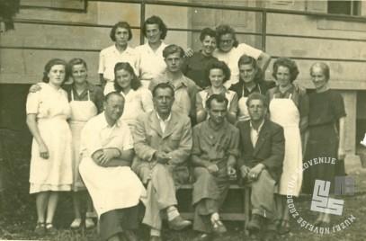 Kolektiv Tovarne čokolade in likerjev v Sotelskem okrog leta 1952 z direktorjem Rudijem Malešičem. Prvi z leve Gabriel Zemljak. Foto: neznan, hrani: MNZS.