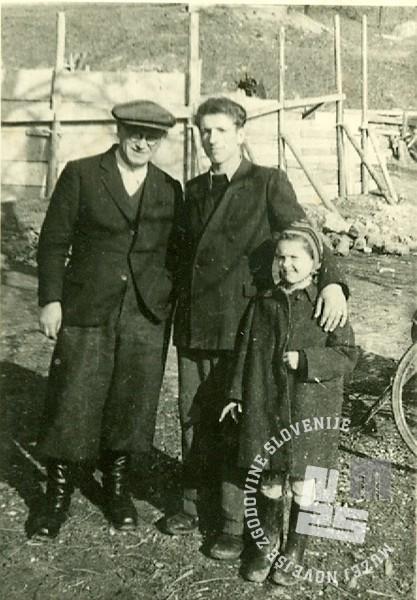 Gabriel Zemljak, Stane Kukovičič in Mira Malešič, hči direktorja Rudija Malešiča, v Sotelskem. Foto: neznan, hrani: MNZS.
