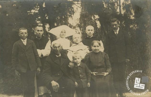 Družina Planinšek pred samostanom v Rajhenburgu, okrog 1920. Foto: neznan, hrani MNZS.