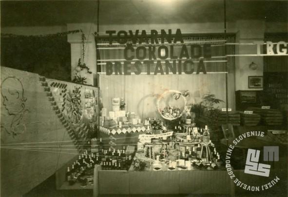 Posnetek razstaviščnega prostora Tovarne čokolade Rajhenburg v Ljubljani okrog 1955. Foto: neznan, hrani: MNZS.