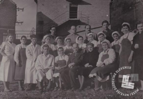 Kolektiv Tovarne čokolade in likerjev Brestanica v letih 1954 - 1956 z direktorjem Ernom Ivačičem. Zadaj stoji Gabriel Zemljak. Foto: neznan, hrani: MNZS.