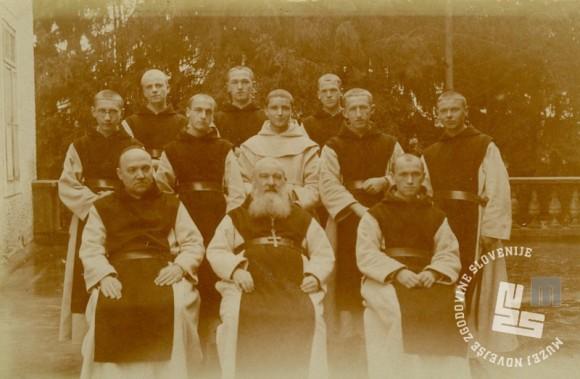 Z desne poleg opata Placida Epalla sedi p. Gabriel Zemljak, liker mojster. Posneto leta 1937. Foto: neznan, hrani: MNZS.
