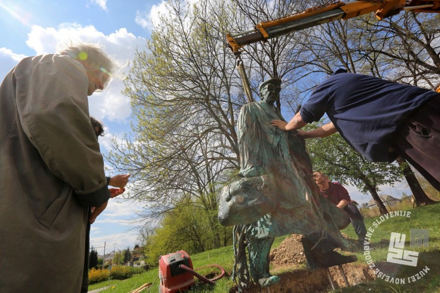 Postavljanje kipa Borisa Pahorja, Park Tivoli, Ljubljana, 6. april 2017. Foto: arhiv MNZS.