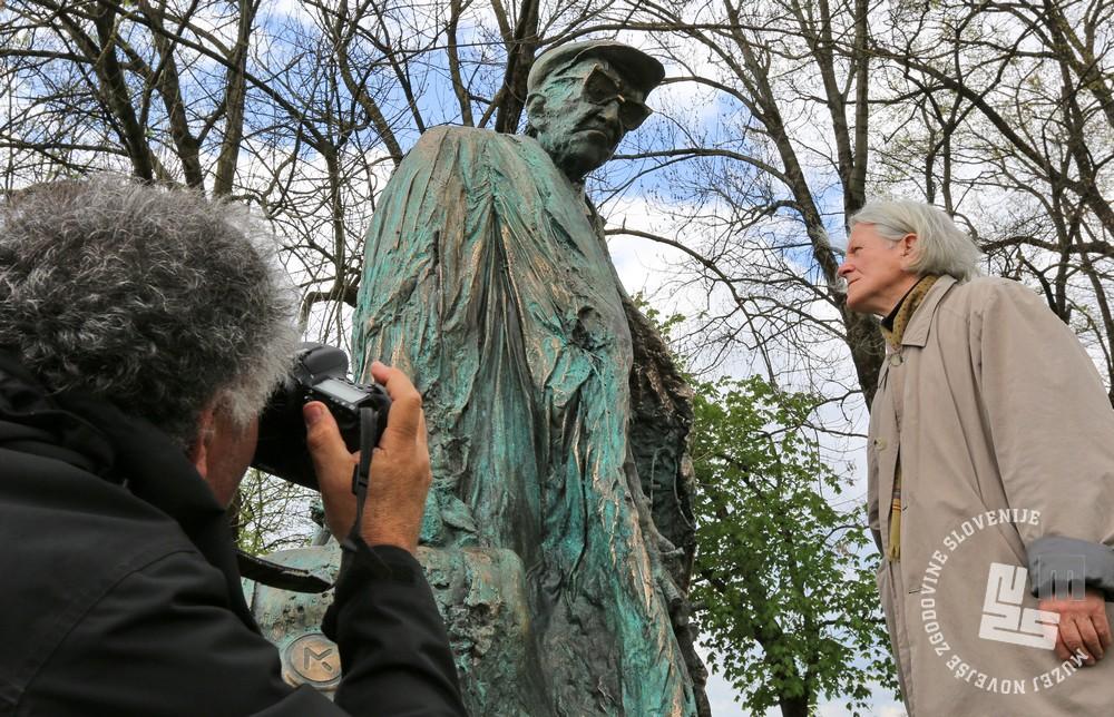 Kipar Mirsad Begić ter kip Borisa Pahorja. Park Tivoli, Ljubljana, 6. april 2017. Foto: arhiv MNZS.