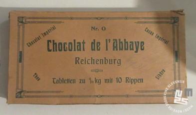 Kartonska škatlica za čokoladna rebrca. Hrani MNZS.