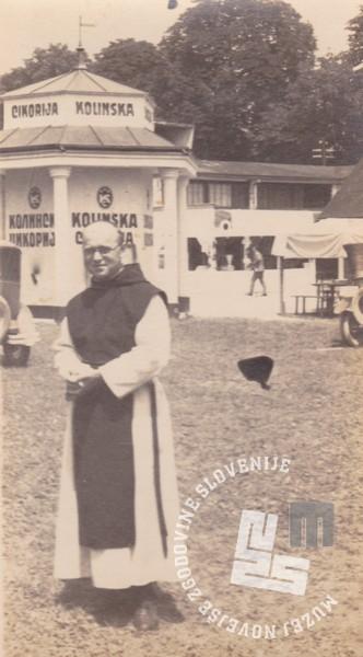 Pater Gabriel Zemljak pred Kolinsko v Ljubljani. Foto: neznan, hrani: MNZS.