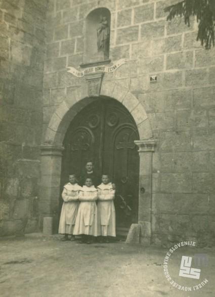 3. Samostan Rajhenburg - napis nad vhodom Marija kraljica te hiše. Foto: neznan, hrani: MNZS.