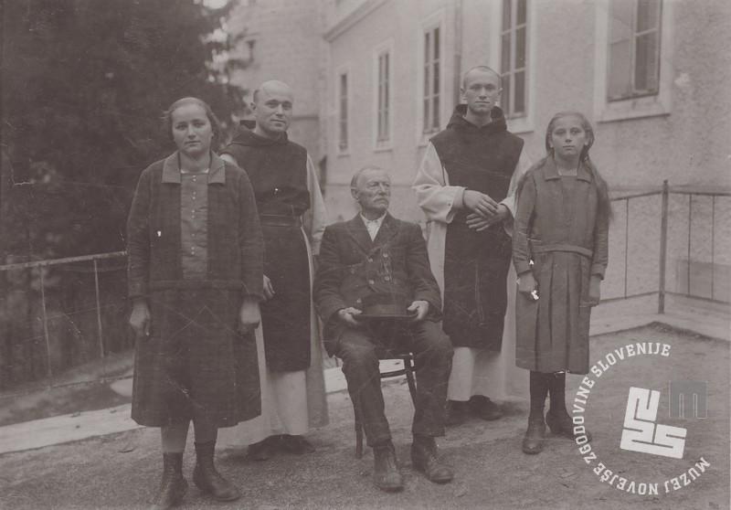Družina Zemljak iz Rajhengura ob obisku p. Gabriela in p. Krizostoma v samostanu. Foto: neznan, hrani: MNZS.