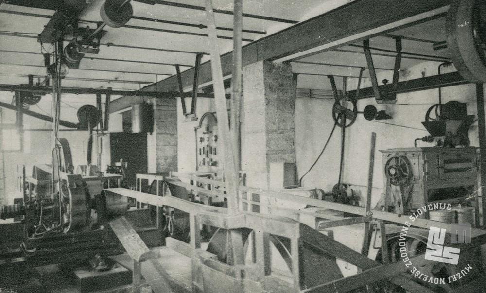 Gonilni stroji v tovarni čokolade. Foto: neznan, hrani: MNZS.
