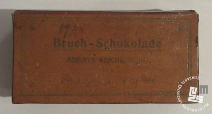 Kartonska škatlica za lomljeno čokolado. Hrani MNZS.