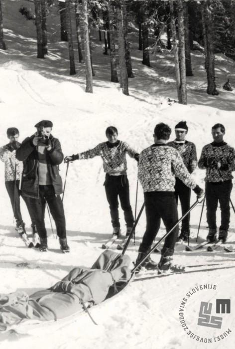 Tečaj starešin JLA na Pokljuki. Demonstracija vožnje z akijem - vozi Aleš Guček, februar 1972. Foto: fotograf generalštaba iz Beograda.