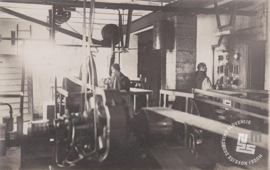Trapista pri delu pri gonilnih strojih v tovarni čokolade. Foto: neznan, hrani: MNZS.