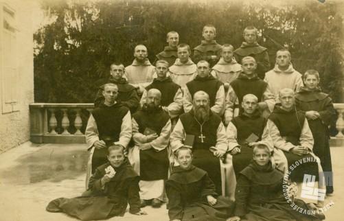 Opat Placide Epalle z učitelji in s samostanskim podmladkom okrog leta 1927. Foto: neznan, hrani: MNZS.