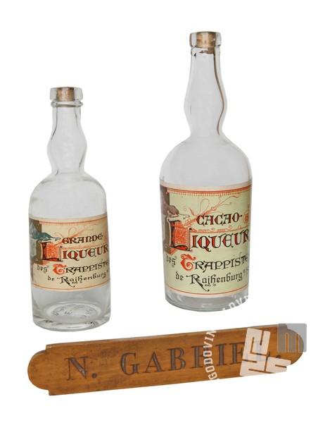 Steklenici trapistovskega likerja in tablica liker mojstra patra Gabriela Zemljaka. Hrani: MNZS.