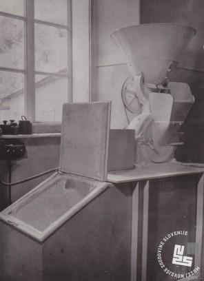 Stroj za mletje sladkorja, ki je stal poleg kamnitega drobilca. Foto: Ivan Krahulec, hrani: MNZS.