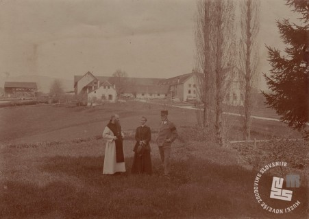 Opat Placide Epalle z visokim gostom iz Avstro-Ogerske, na desni v ozadju je tovarna čokolade. Foto: neznan, hrani: MNZS.